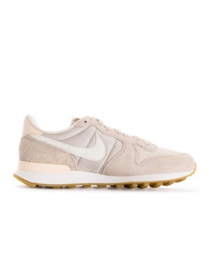 828407-028 Nike Dames Internationalist - Desert Sand/Wit-Gum Bruin