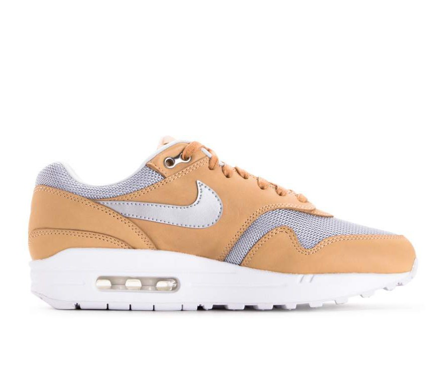 AO0795-200 Nike Dames Air Max 1 SE PRM - Vachetta Tan/Metallic Silver/Wit